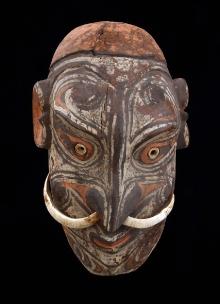 Rzeźba głowy-czaszki, Papua-Nowa Gwinea, 2. połowa XX w., drewno polichromowane, zęby zwierzęce, muszle, 34 x 21,4 cm, fot. G. Solecki, A. Piętak
