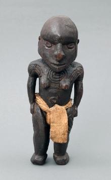 Postać przodka totemicznego, Nowa Gwinea, początek XX w., drewno (ślady polichromii), tapa, 27,3 x 10,3 x 7,1 cm, fot. G. Solecki, A. Piętak