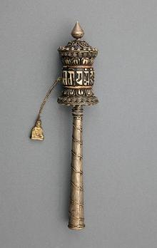Młynek modlitewny, Tybet, 1. połowa XIX w., kość, brąz, pergamin, emalia, wys. 21,4 cm, fot. G. Solecki, A. Piętak