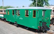 """Wagon wąskotorowy osobowy Bhp 00-300042108-5 typu Wernigerode, rok produkcji około 1905, Waggonfabrik Görlitz AG. Na Wystawie Nadmorskiej Kolei Wąskotorowej w Gryficach od 1997 roku. Po remoncie w Resku kursował w składzie pociągu turystycznego """"Ciuchcia-Retro-Ekspres"""" na trasie Gryfice–Rewal–Trzebiatów (Pogorzelica) do 2002 roku"""